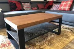 Konferenčný stolík s drevenou doskou a kovovými nohami