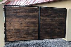 Drevená brána s kovovým rámom