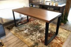 Jedálenský stôl s kovovými nohami
