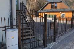 Bránka, posuvná motorizovaná brána a v pozadí schody
