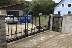Posuvná automatizovaná brána a bránička